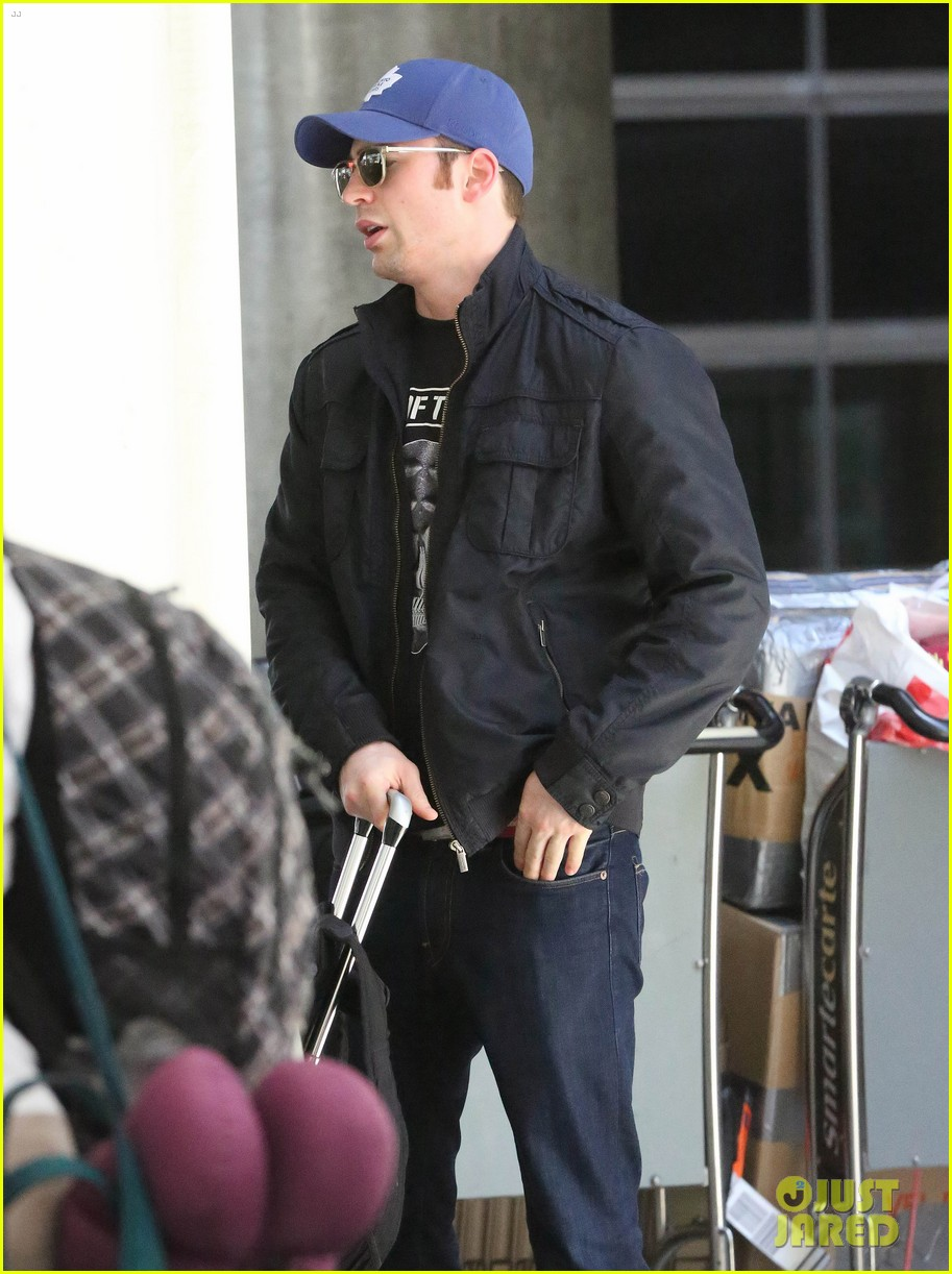 chris evans returns from london looking mighty fine 083108550