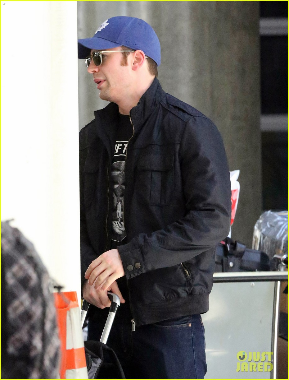 chris evans returns from london looking mighty fine 093108551