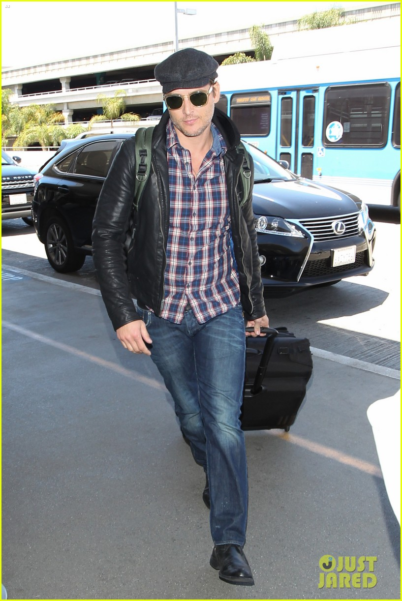 peter facinelli gives jaimie alexander a goodbye kiss at lax 013111780