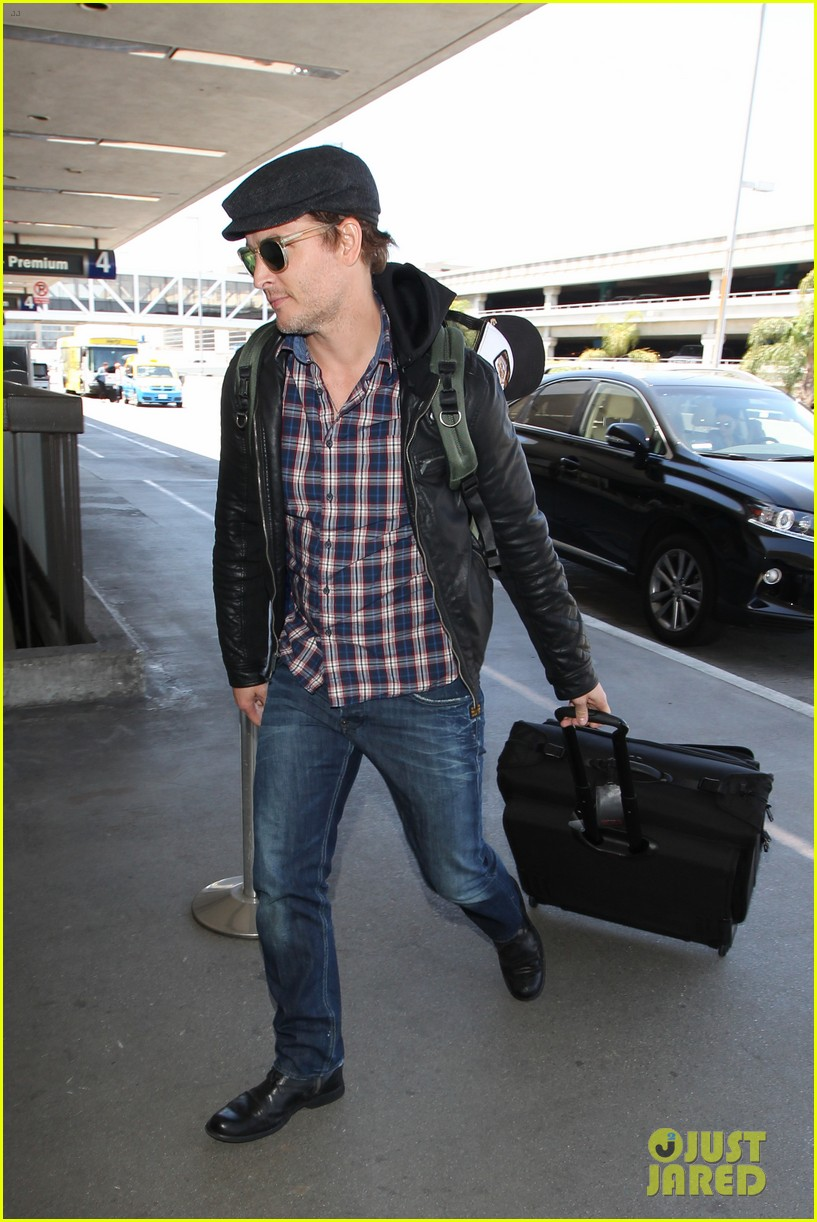 peter facinelli gives jaimie alexander a goodbye kiss at lax 063111785