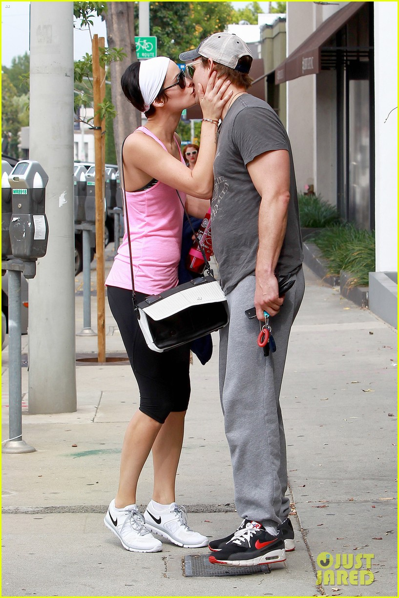 peter facinelli jaimie alexander kiss goodbye after workout 01