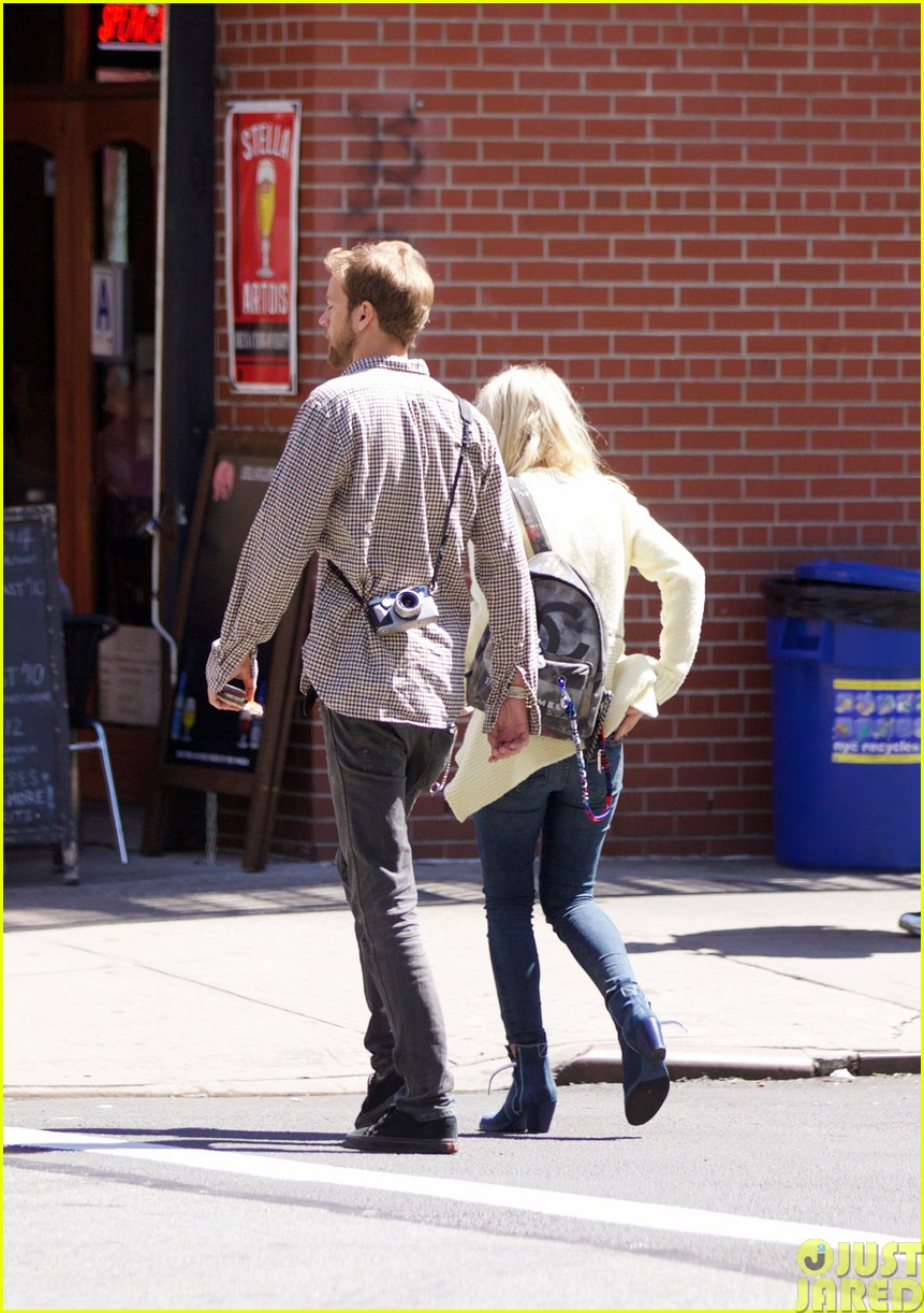 dakota fanning holds boyfriend jamies hand in nyc033115787