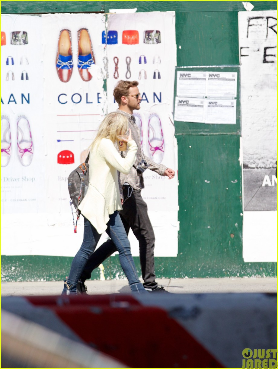 dakota fanning holds boyfriend jamies hand in nyc123115796