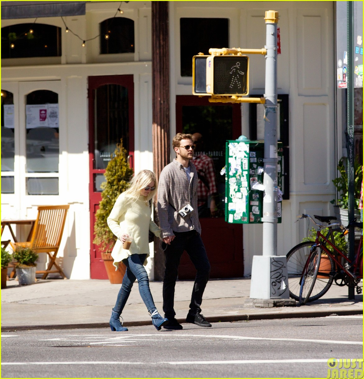 dakota fanning holds boyfriend jamies hand in nyc183115802