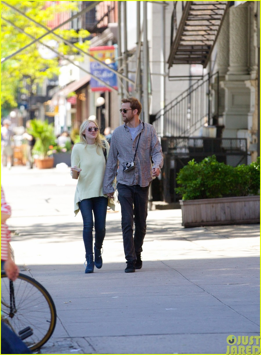 dakota fanning holds boyfriend jamies hand in nyc213115805