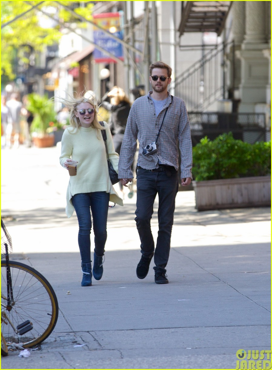 dakota fanning holds boyfriend jamies hand in nyc25