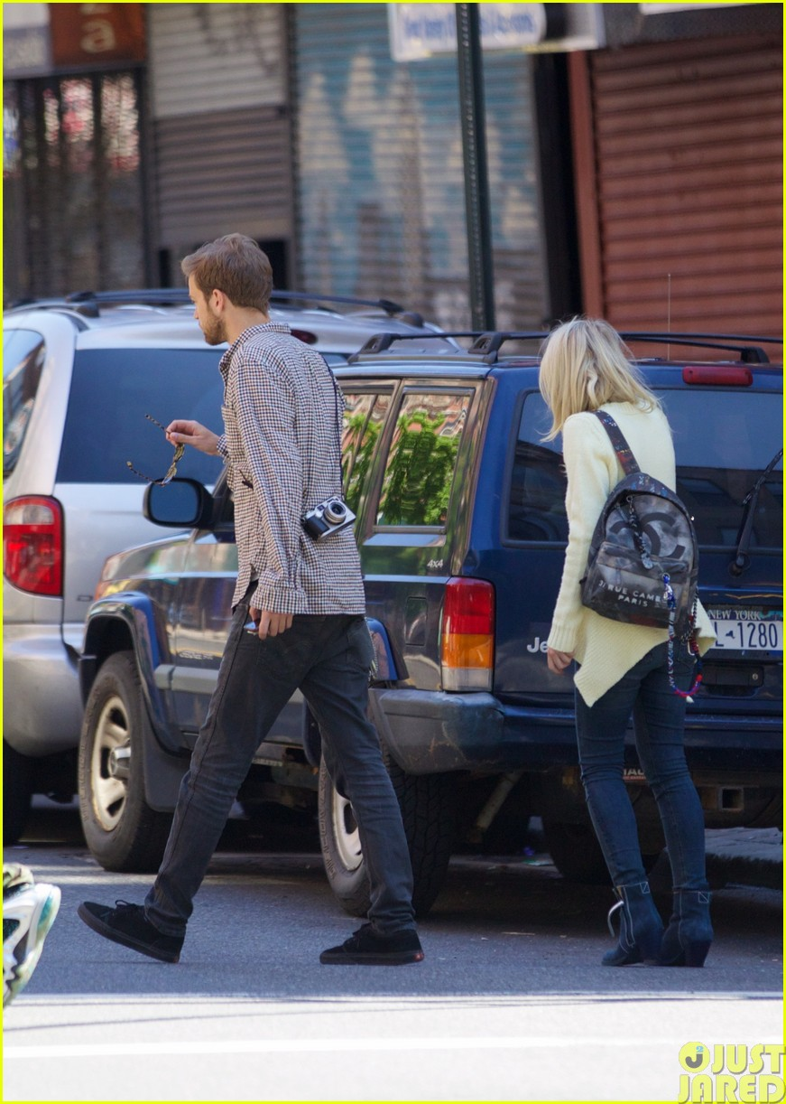dakota fanning holds boyfriend jamies hand in nyc373115821