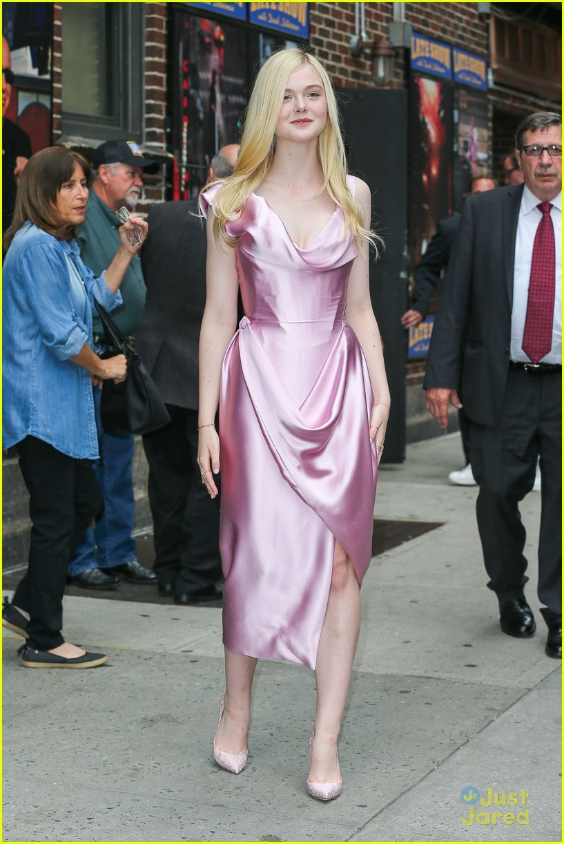 elle fanning letterman pink dress 01