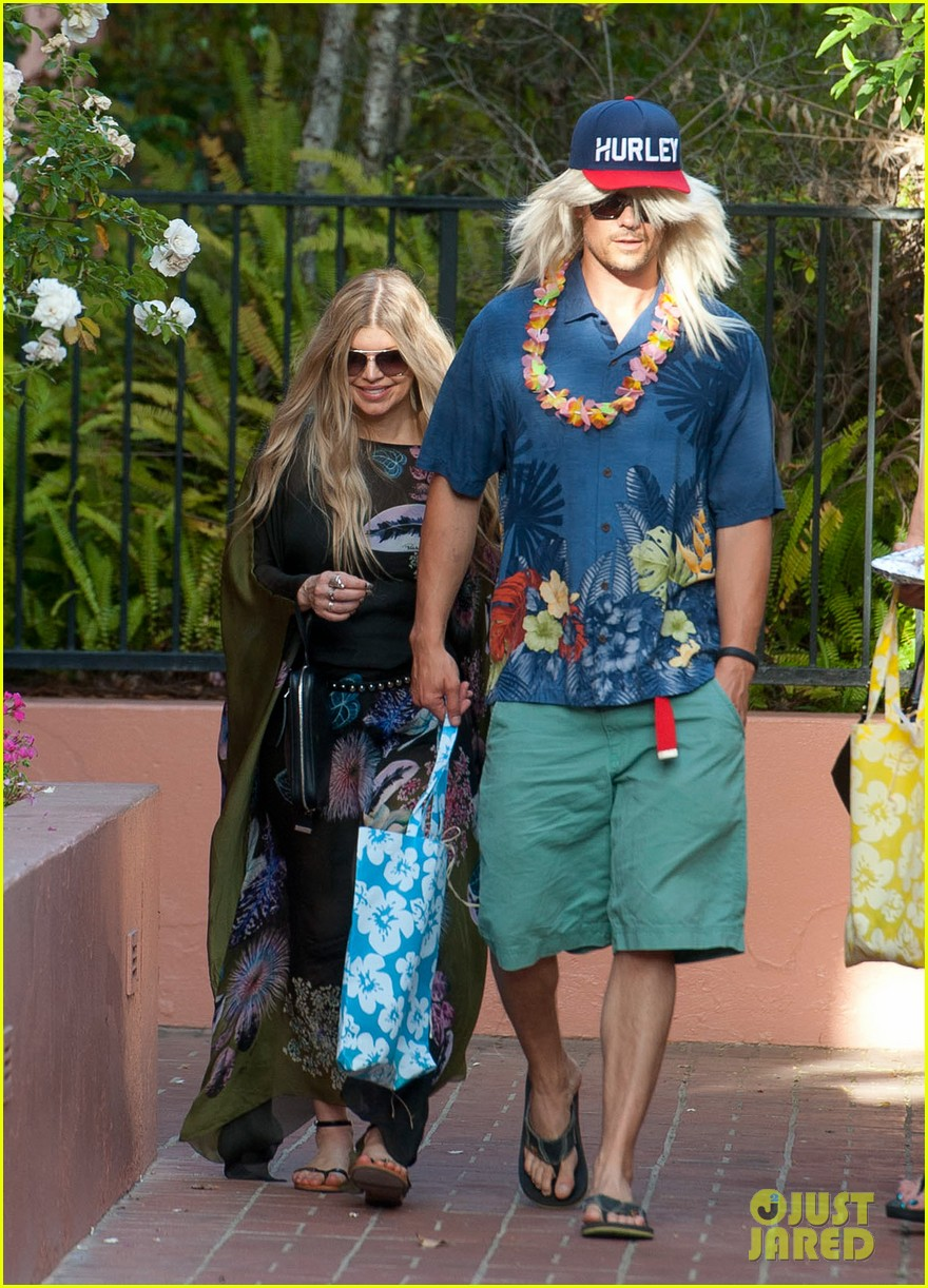 fergie josh duhamel dress up for surfing themed party 033117161