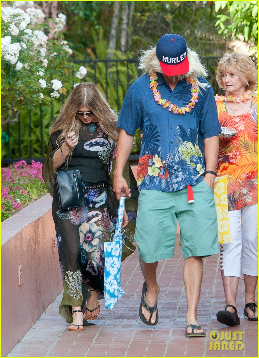 fergie josh duhamel dress up for surfing themed party 053117163