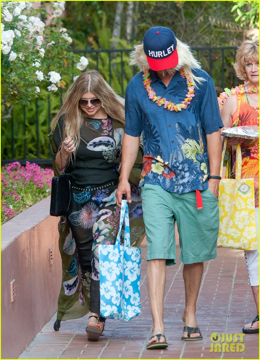 fergie josh duhamel dress up for surfing themed party 093117167