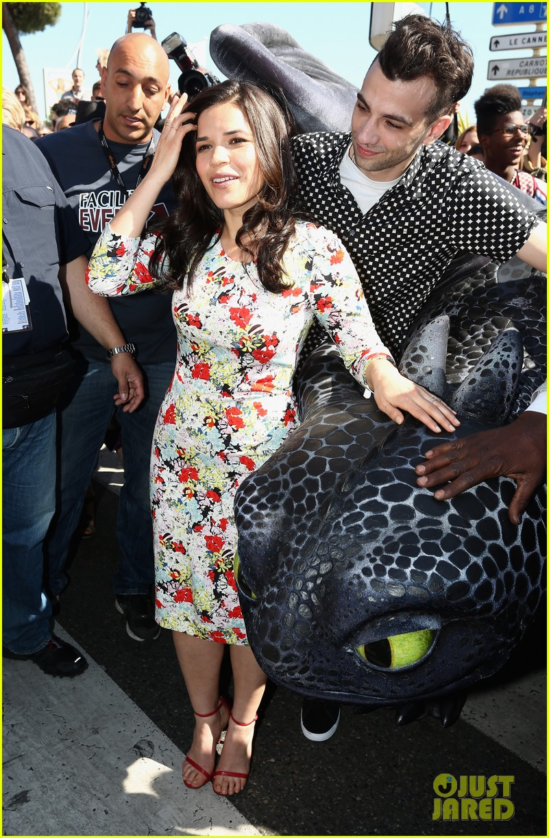 america ferrera takes toothless the dragon to cannes 053114498