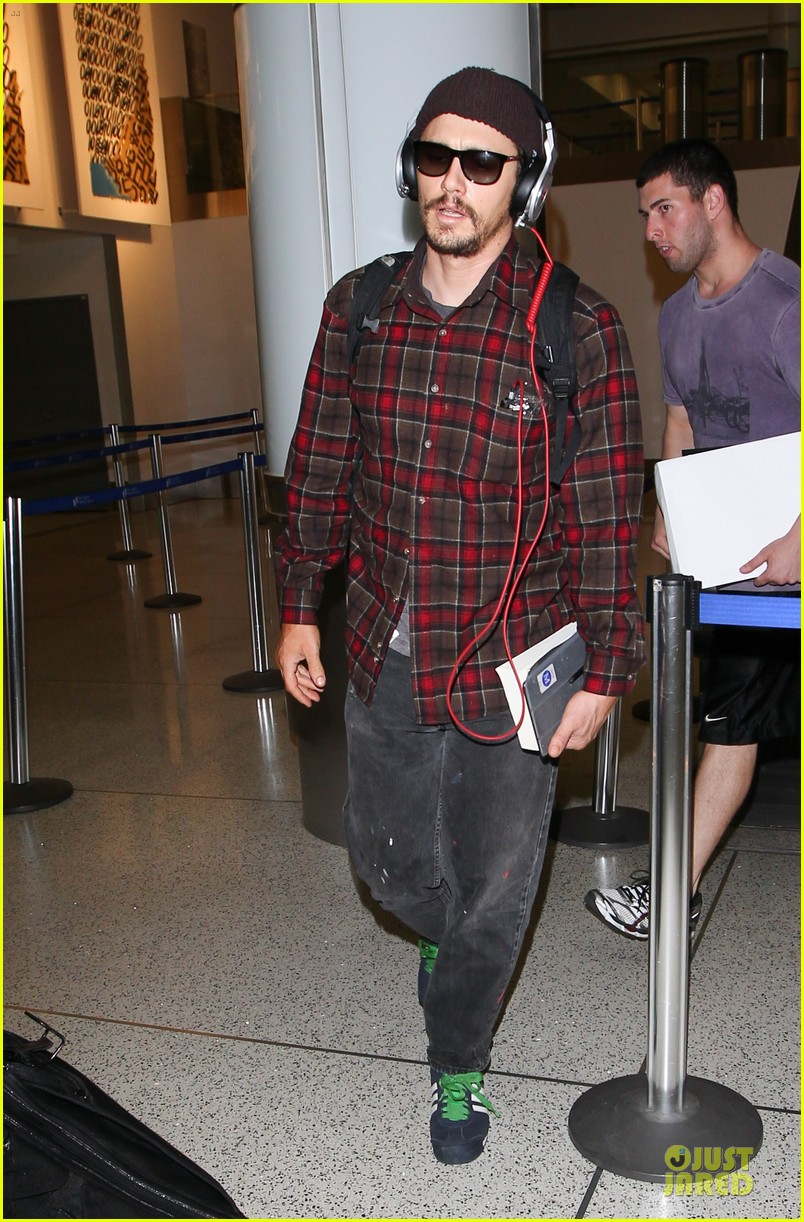 james franco noise with cool headphones at lax 033111806