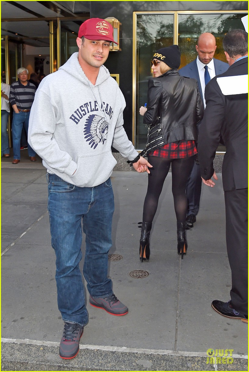 lady gaga butt pinched by taylor kinney 043112837