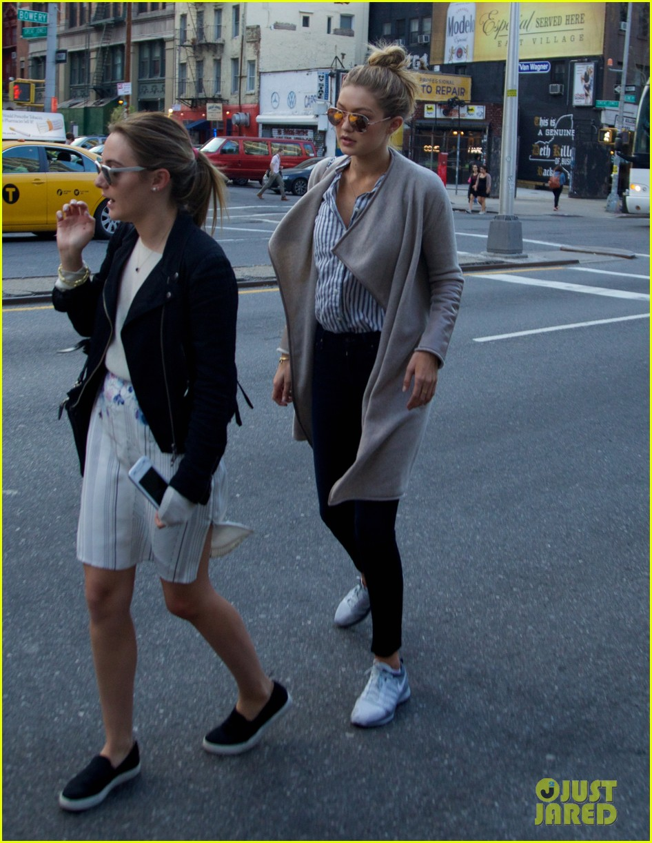 gigi hadid hail taxi late lunch 083104013