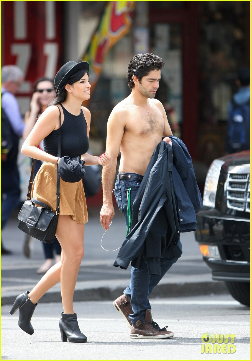 adrian grenier takes his shirt off while walking through nyc streets 033103732