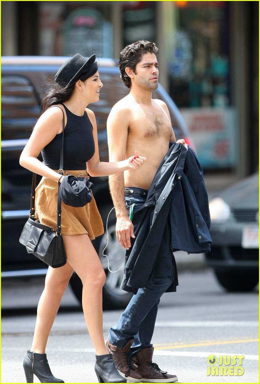 adrian grenier takes his shirt off while walking through nyc streets 093103738