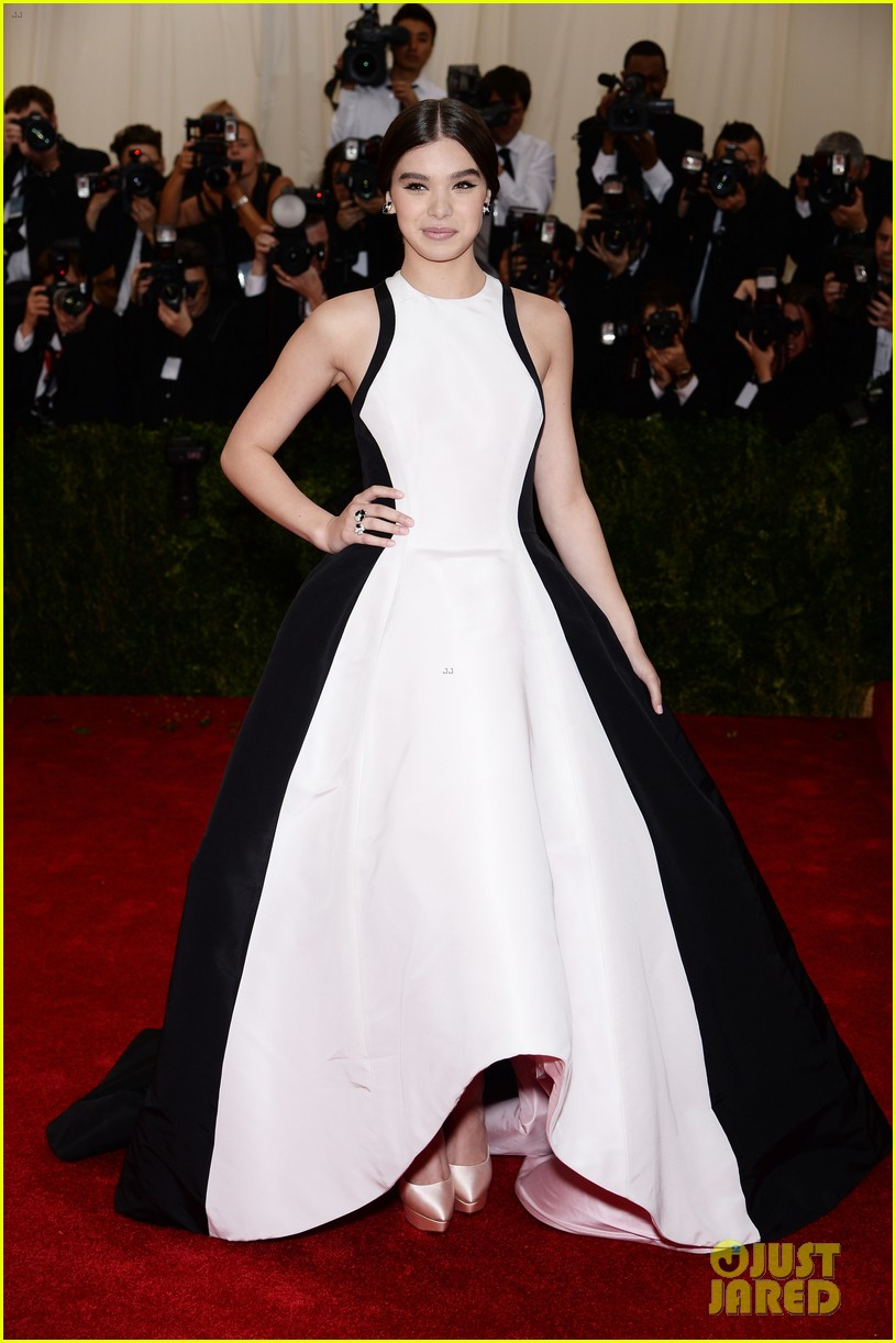 hailee steinfeld 2014 met ball red carpet 03