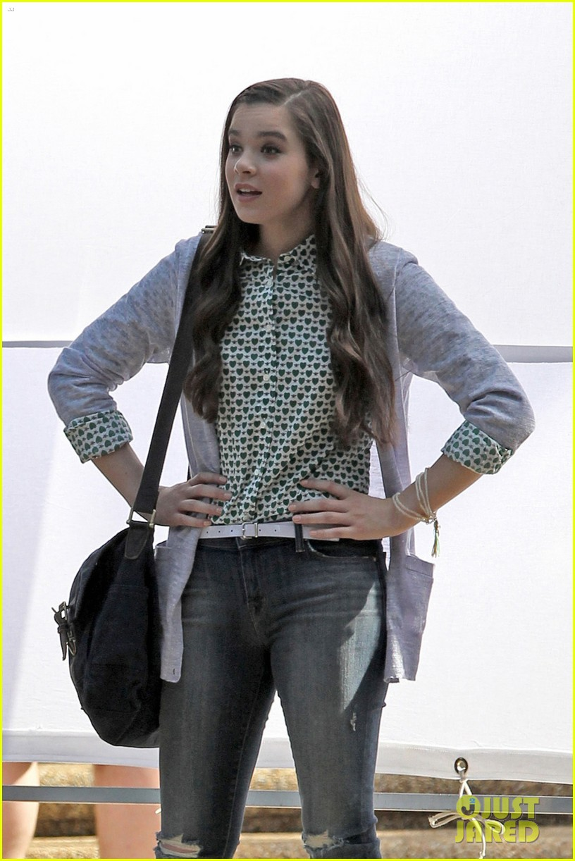 hailee steinfeld skylar astin first pitch perfect scenes 033119871