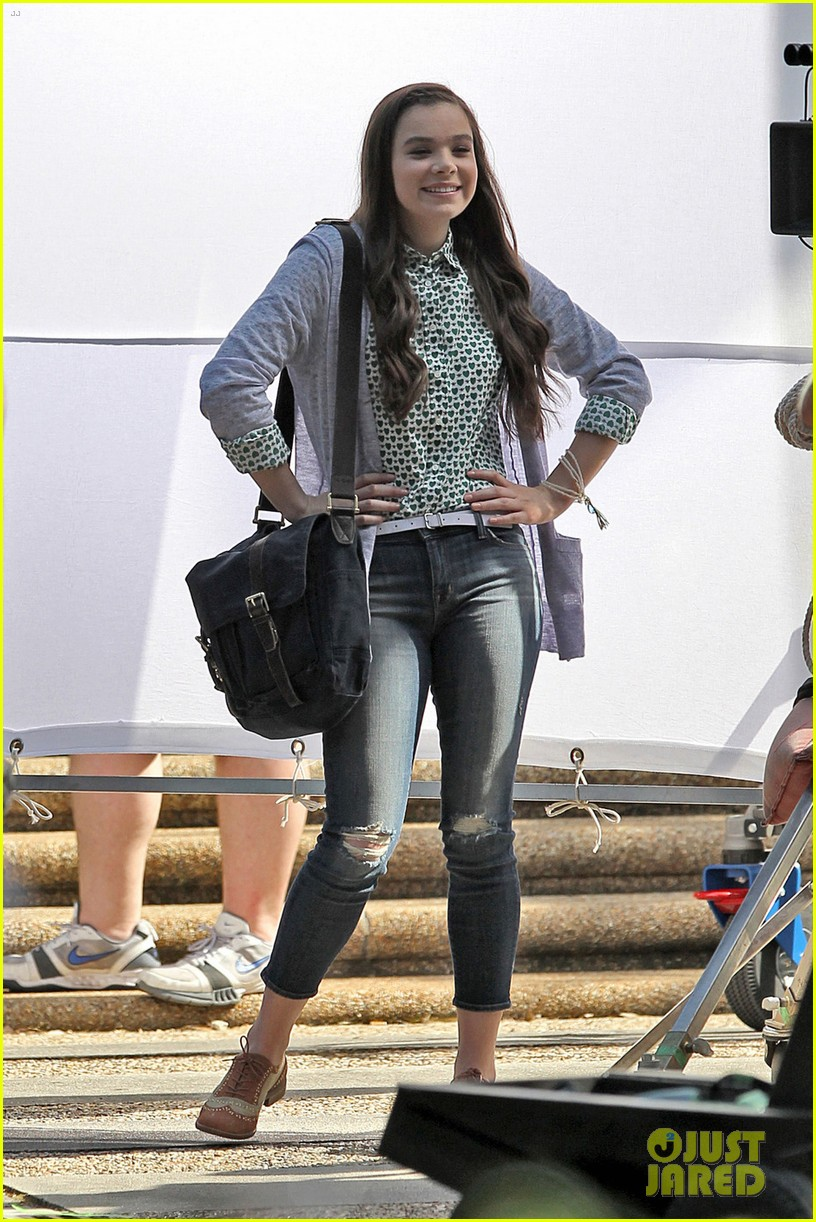 hailee steinfeld skylar astin first pitch perfect scenes 053119873