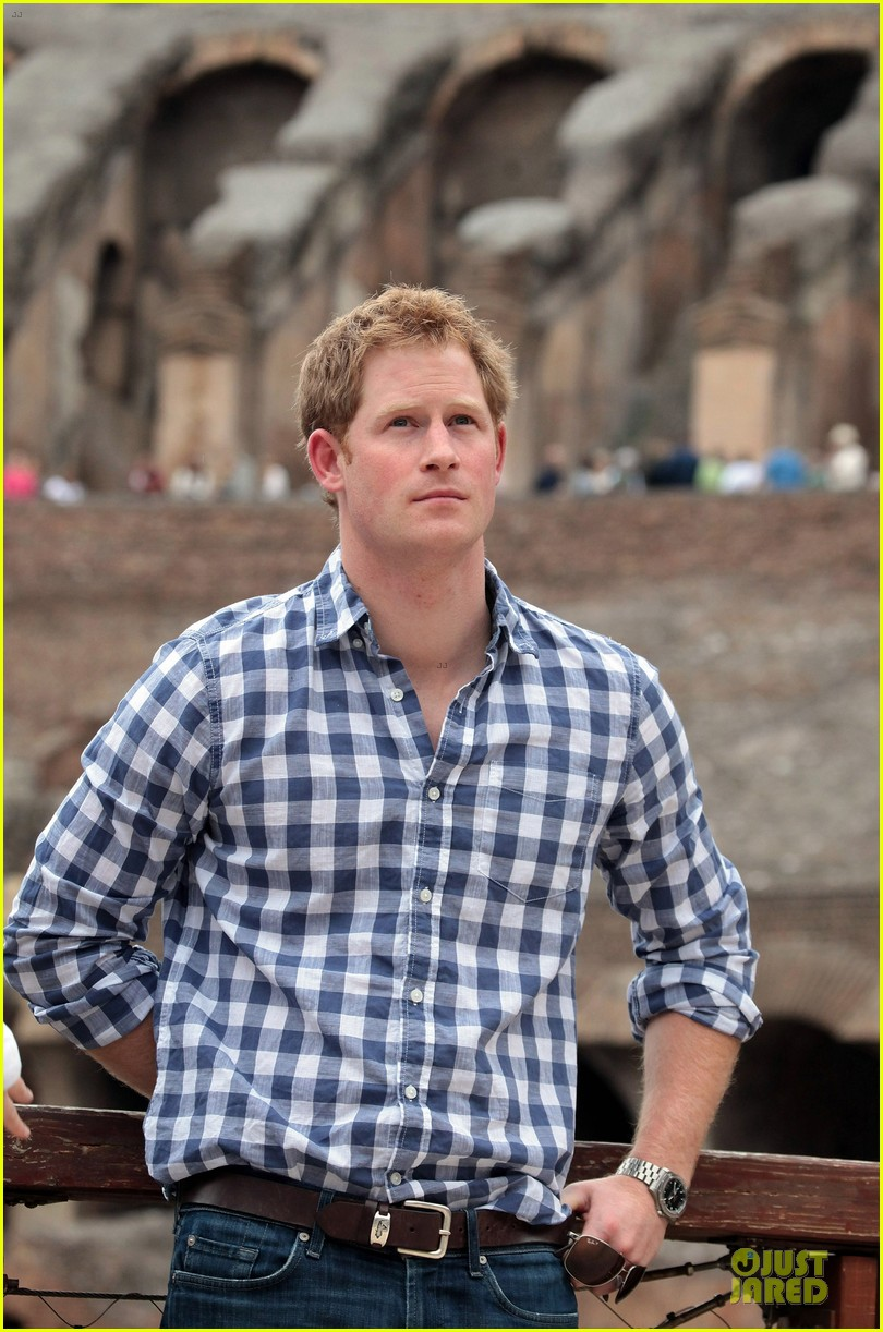 prince harry respects at cassino war cemetery 023117780