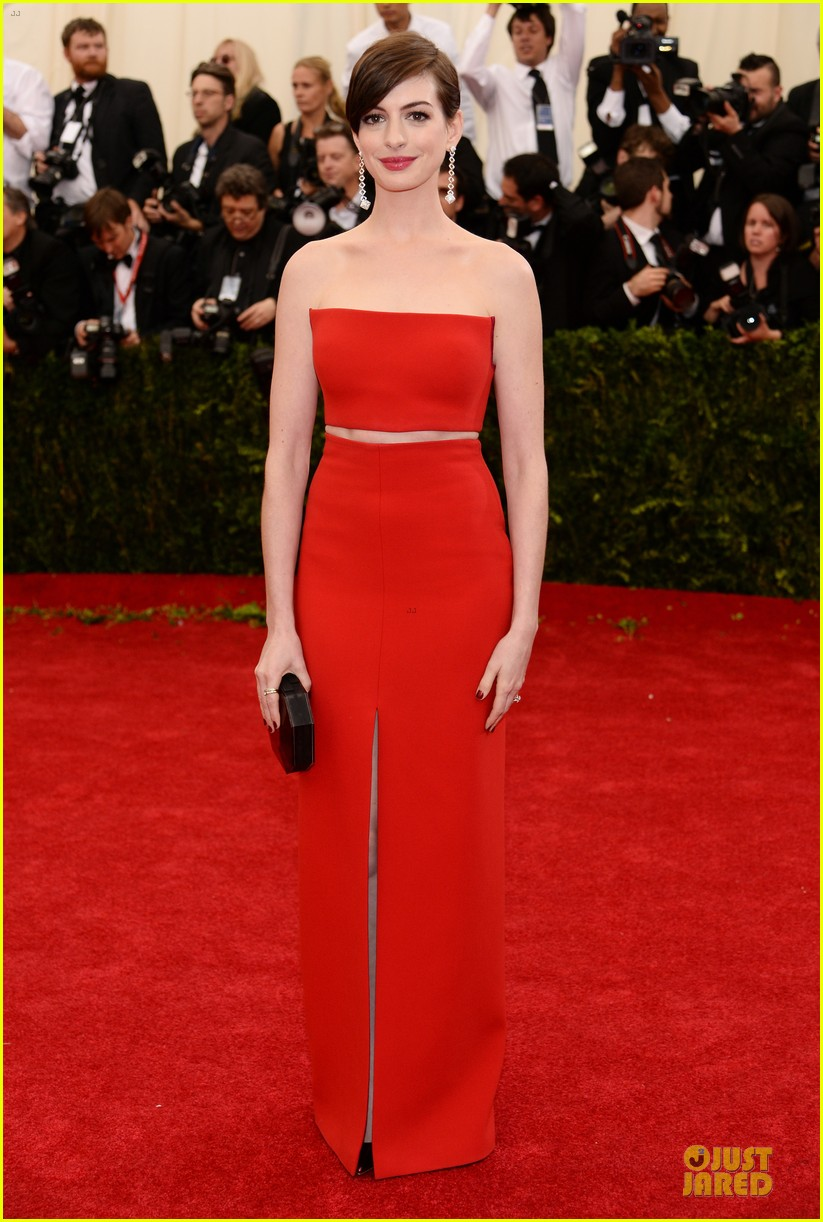 Anne Hathaway Flashes Midriff in Red Hot Dress at Met Ball 2014 ...