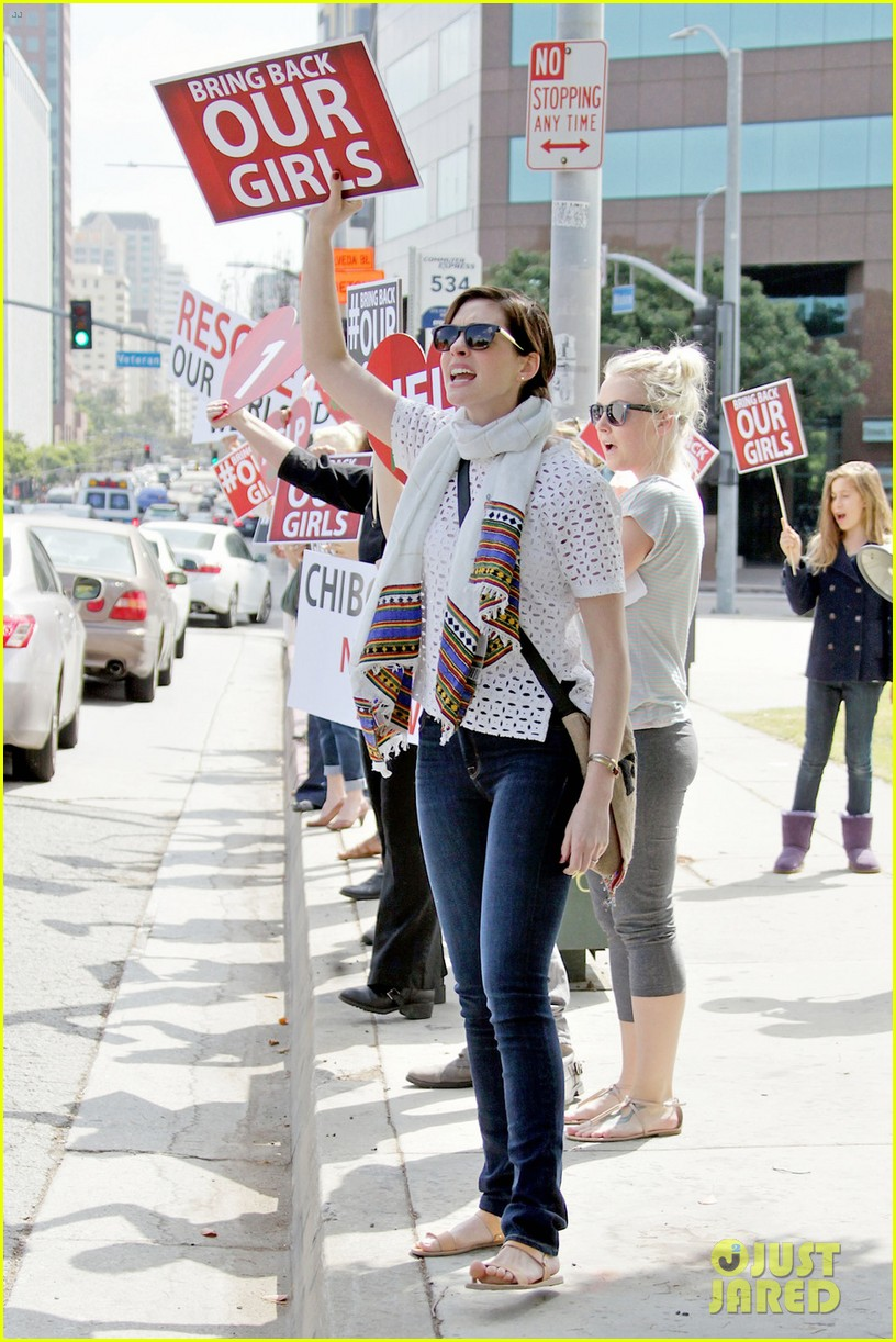 anne hathaway joins protestors at bring back our girls rally 023108850