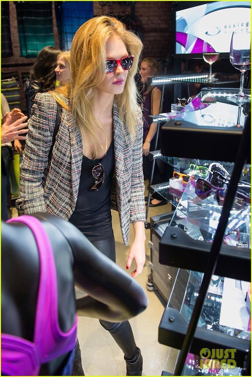 erin heatherton tries on some sleek shades oakley store opening 023103761