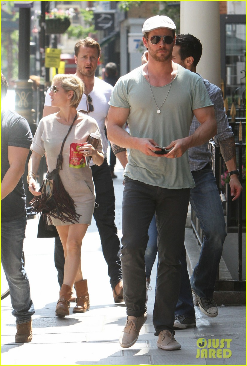 chris hemsworth pal is giving his muscles some competition 013117623
