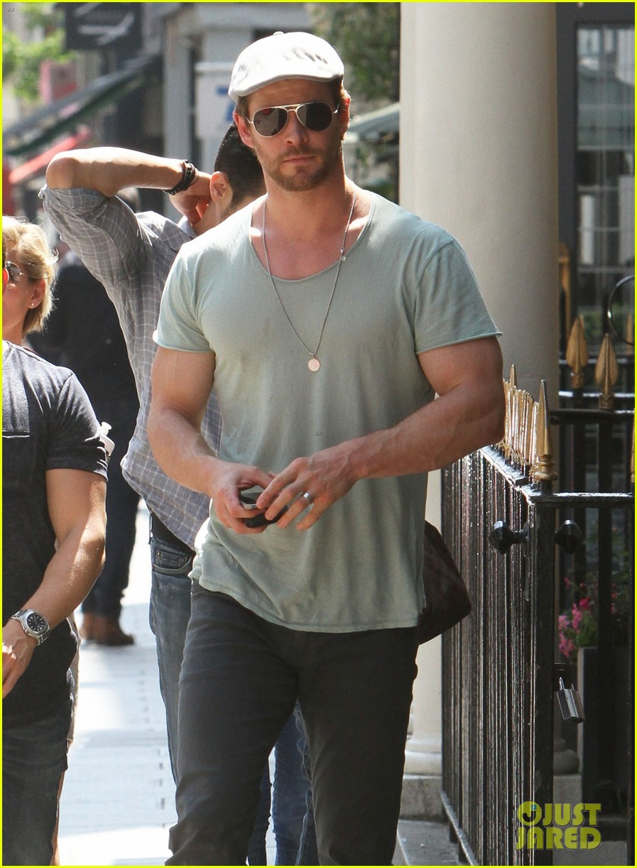 chris hemsworth pal is giving his muscles some competition 193117641