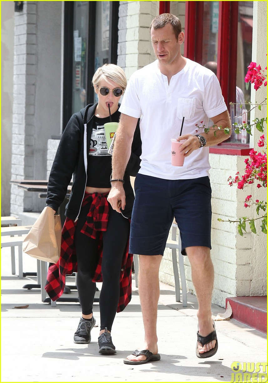 julianne hough and boyfriend brooks laich make a smoothie stop033121337