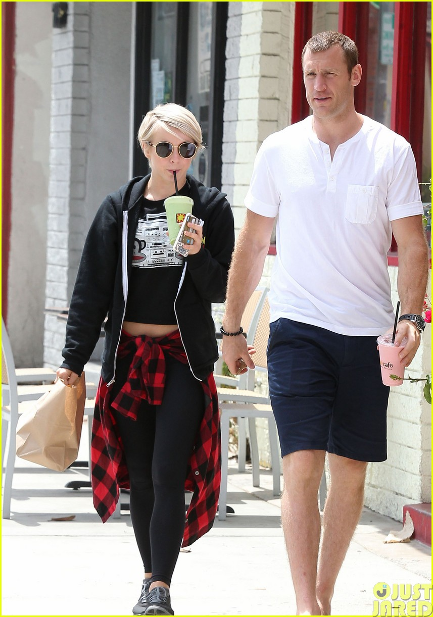 julianne hough and boyfriend brooks laich make a smoothie stop373121371