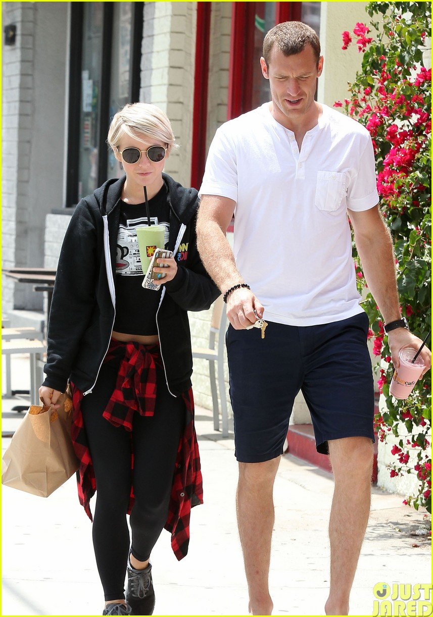julianne hough and boyfriend brooks laich make a smoothie stop383121372