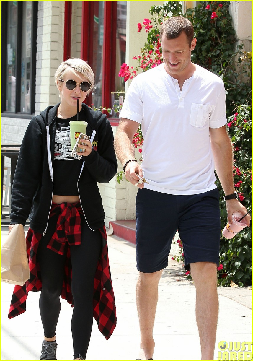 julianne hough and boyfriend brooks laich make a smoothie stop393121373