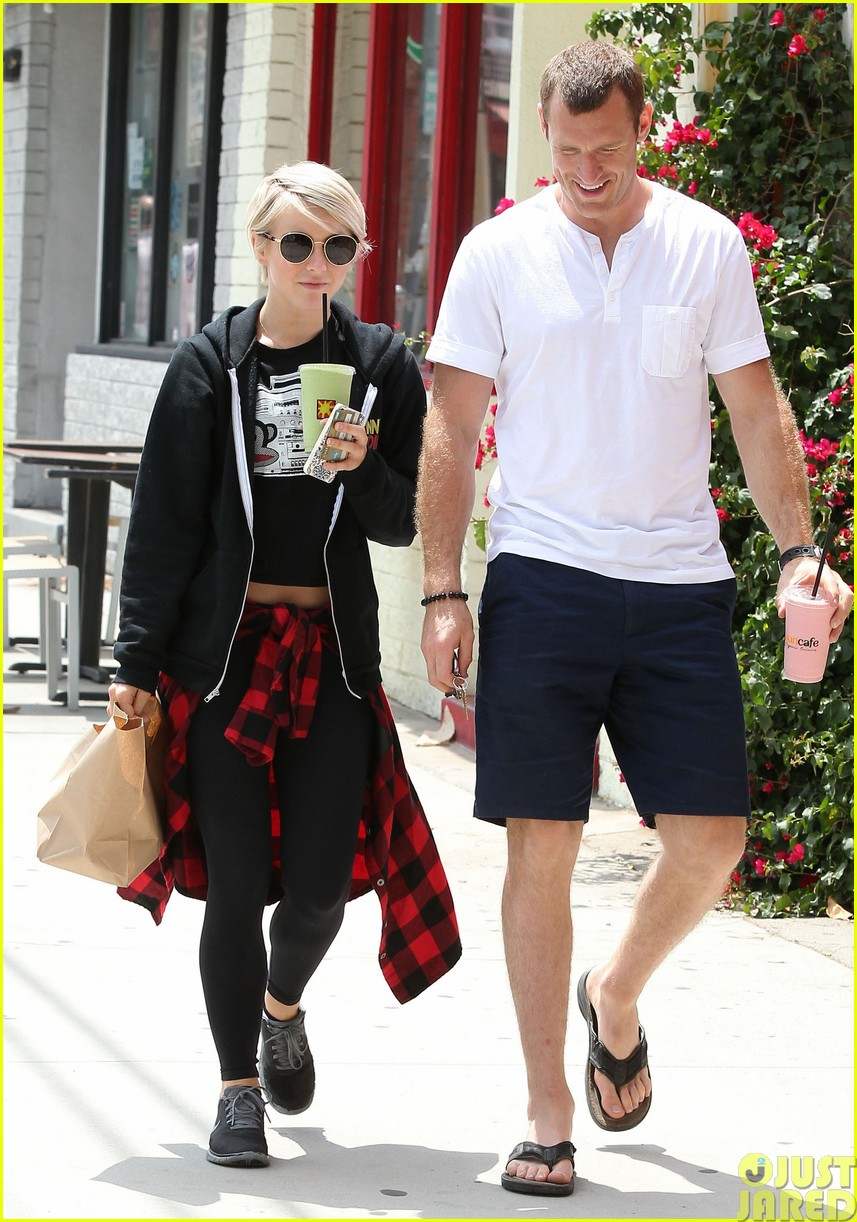 julianne hough and boyfriend brooks laich make a smoothie stop453121379