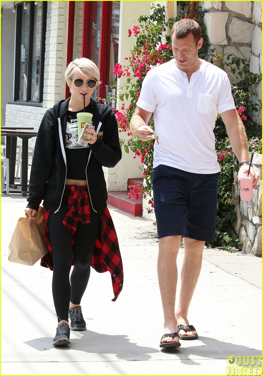 julianne hough and boyfriend brooks laich make a smoothie stop46