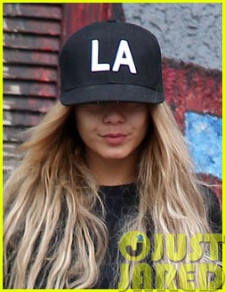 vanessa hudgens attemtps to go incognito in los angeles013121300