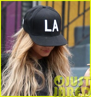 vanessa hudgens attemtps to go incognito in los angeles03