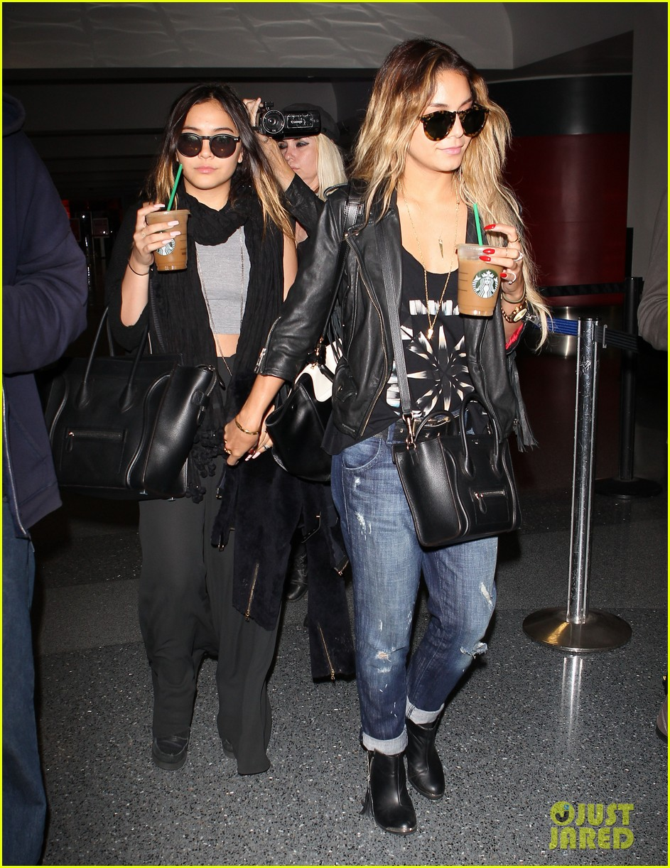 vanessa hudgens twinsies moment with sister stella at lax 013109254