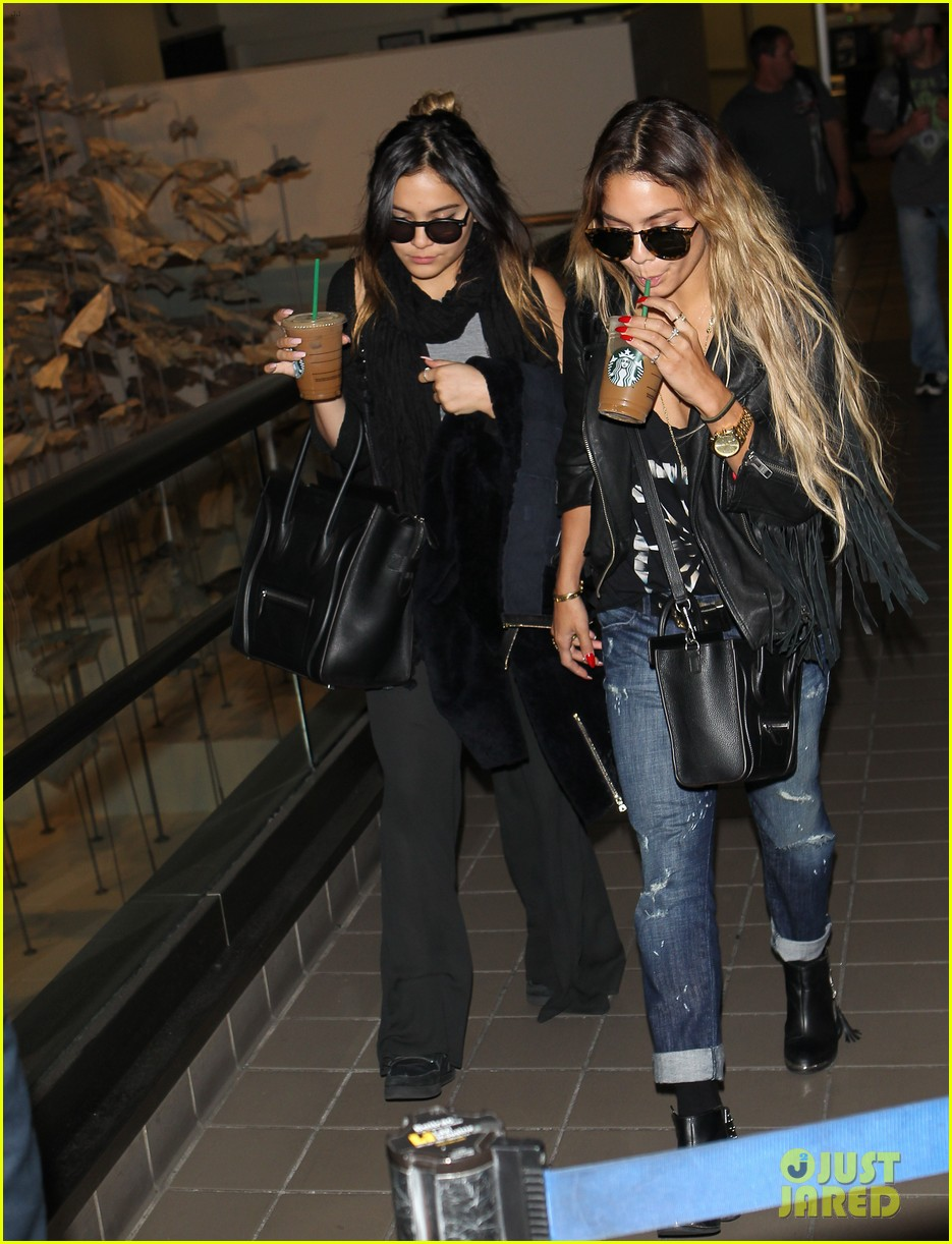 vanessa hudgens twinsies moment with sister stella at lax 043109257