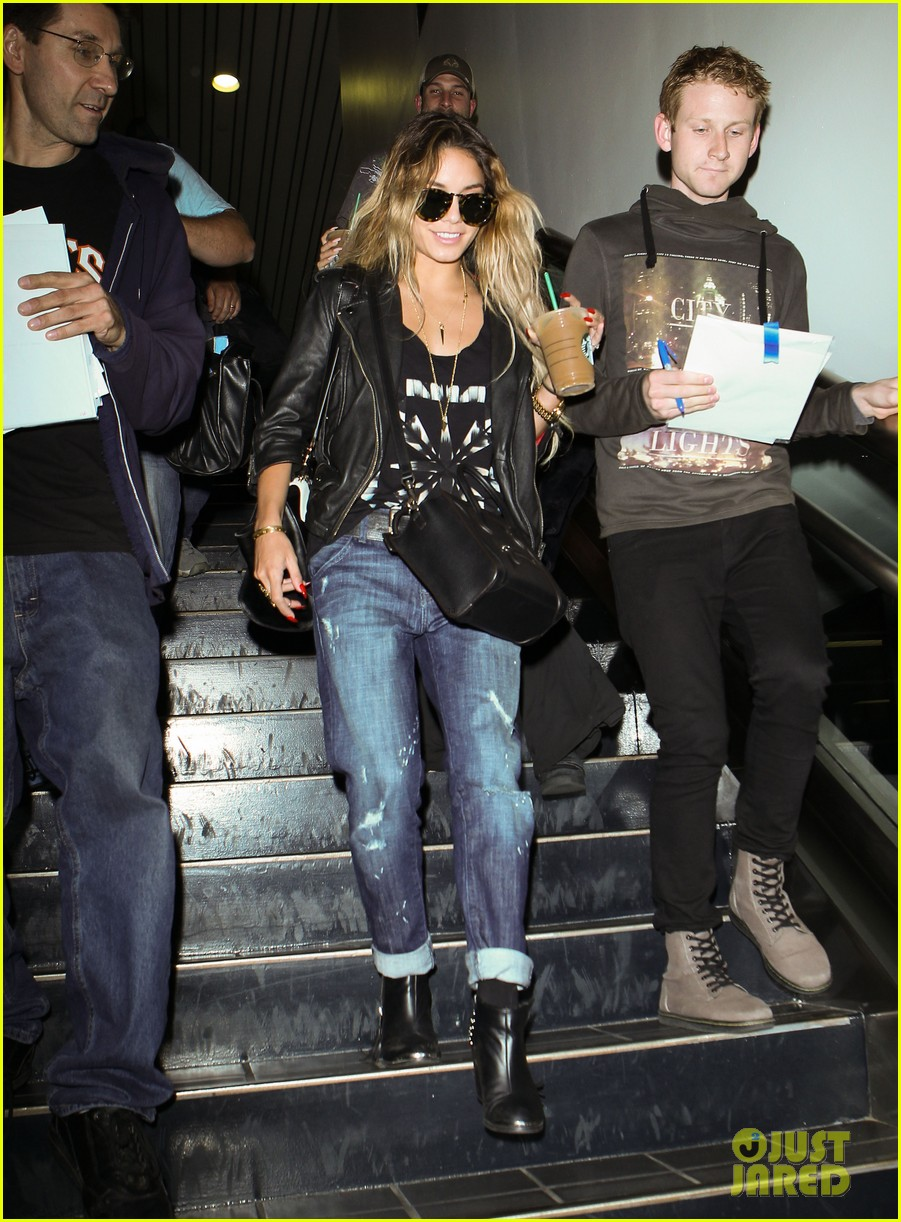 vanessa hudgens twinsies moment with sister stella at lax 053109258