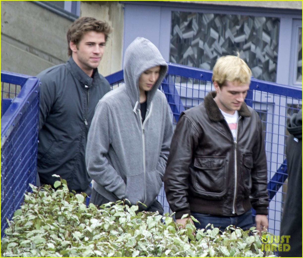 jennifer lawrence liam hemsworth josh hutcherson mockingjay filming 023108660