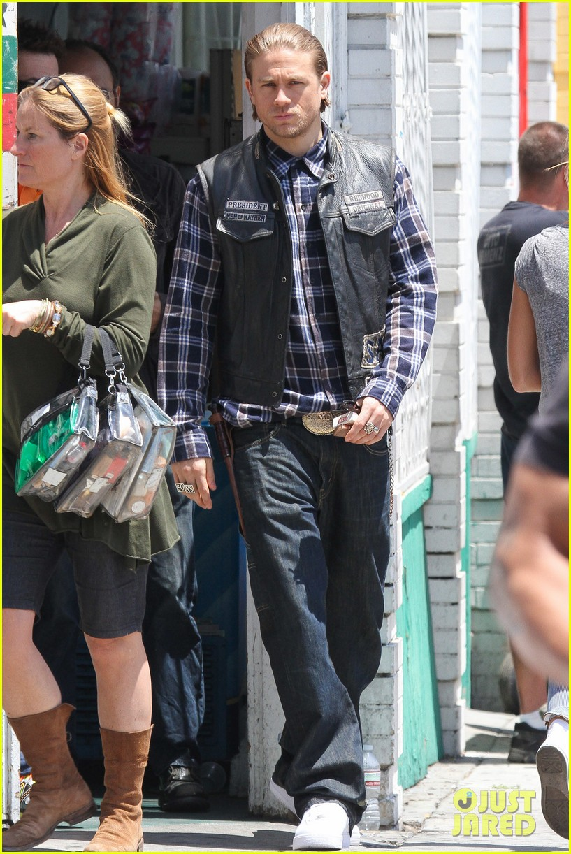 charlie hunnam gets all made up on sons of anarchy set 033124233