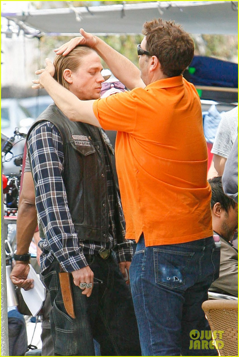 charlie hunnam gets all made up on sons of anarchy set 083124238