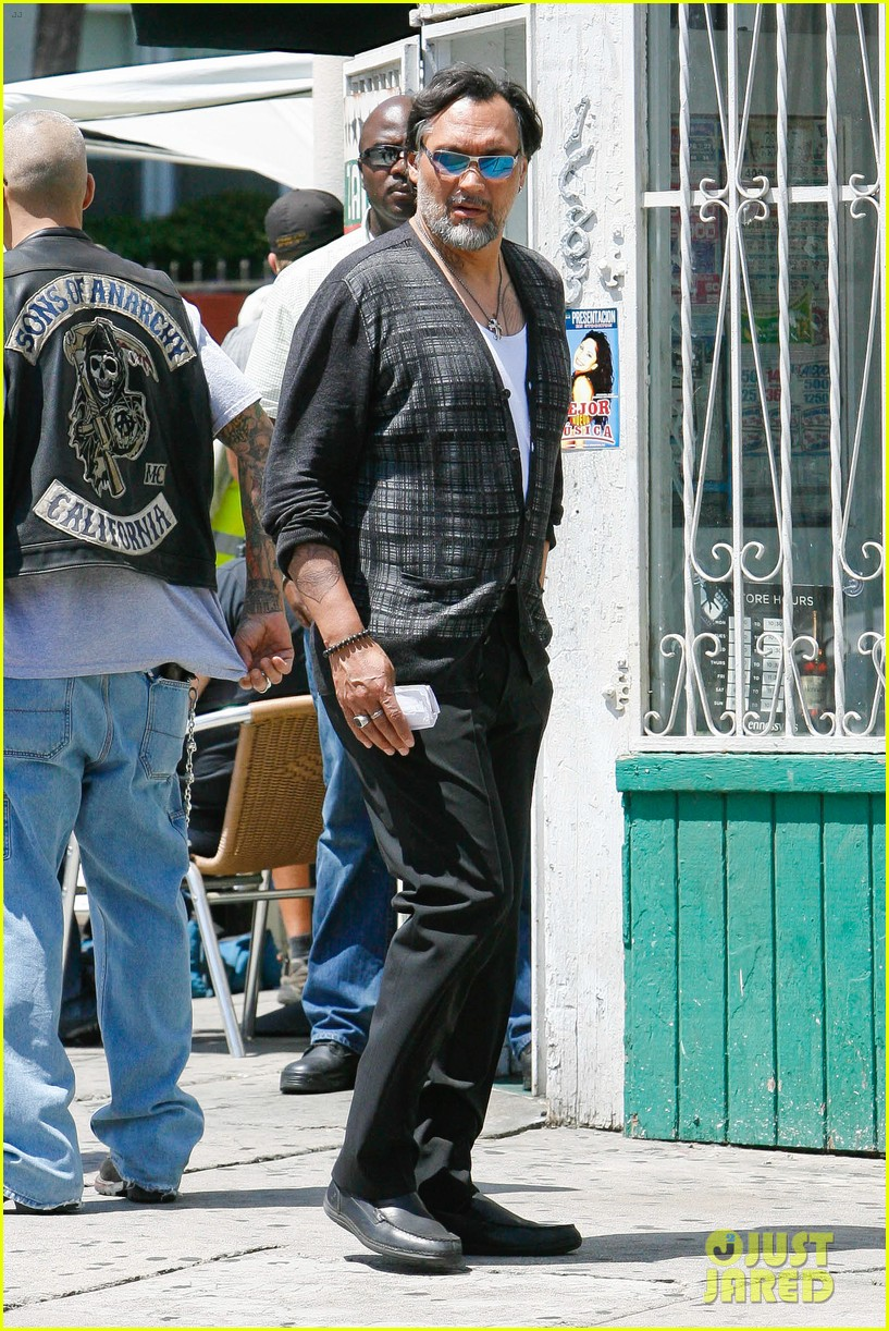 charlie hunnam gets all made up on sons of anarchy set 103124240