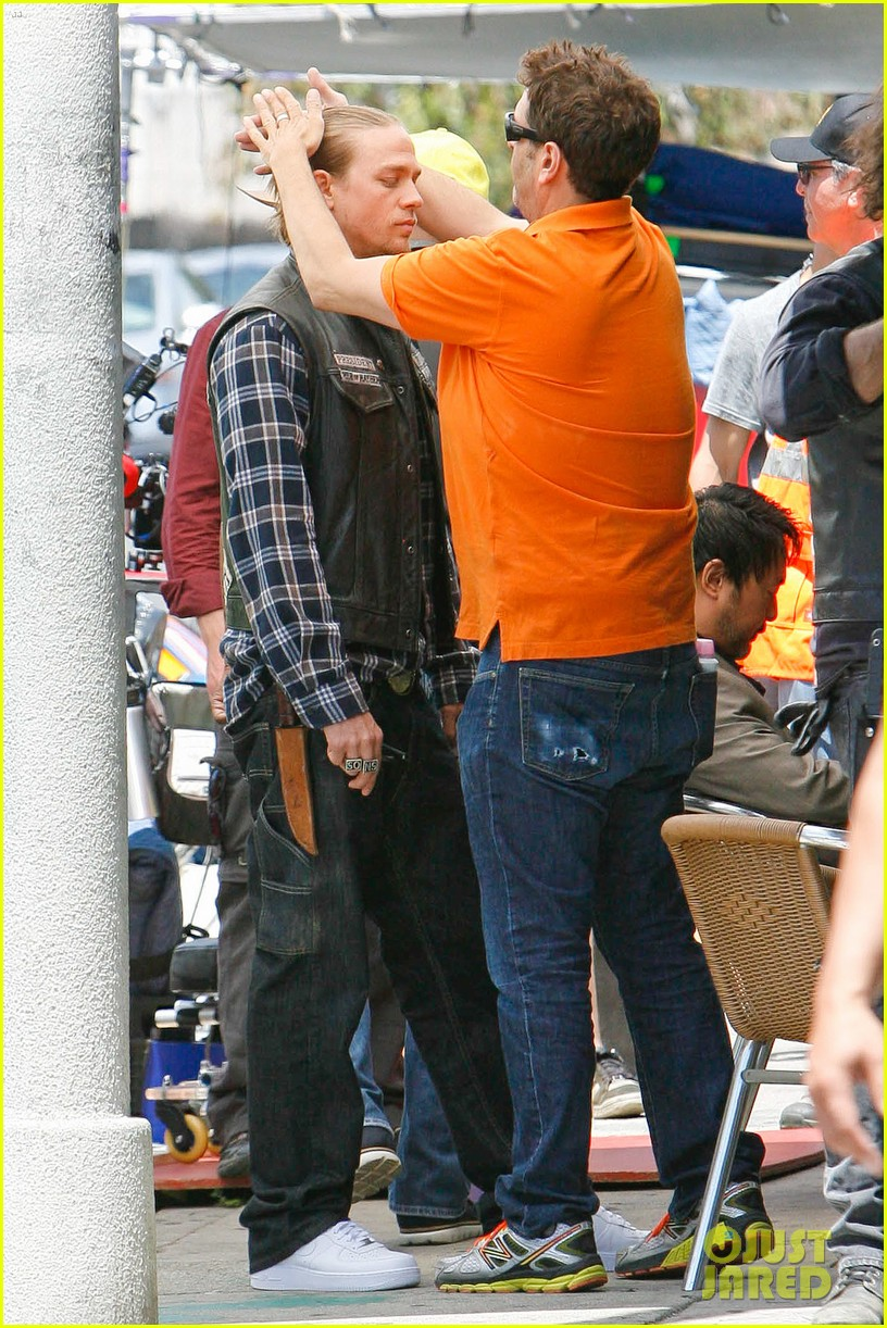 charlie hunnam gets all made up on sons of anarchy set 113124241