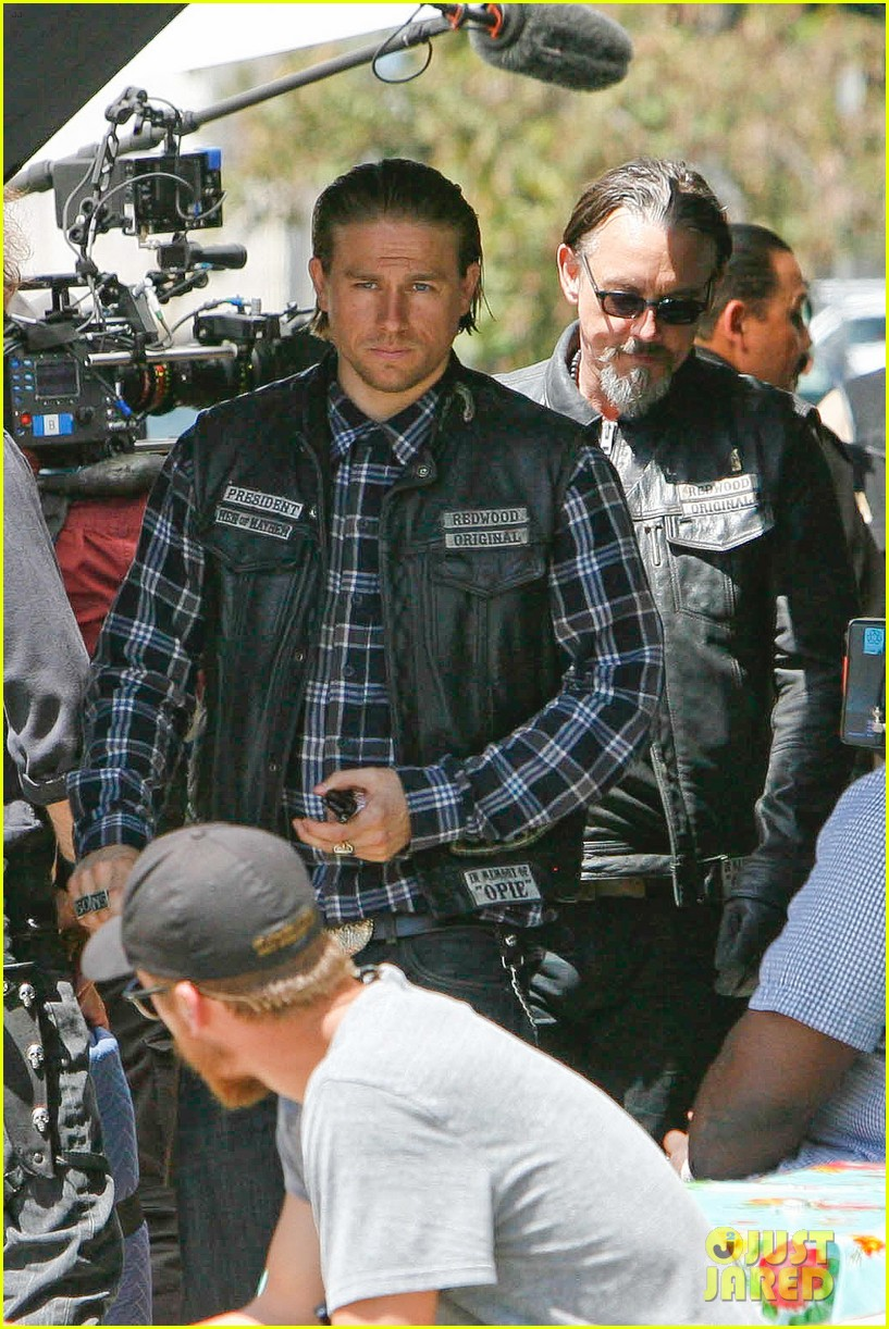 charlie hunnam gets all made up on sons of anarchy set 143124244