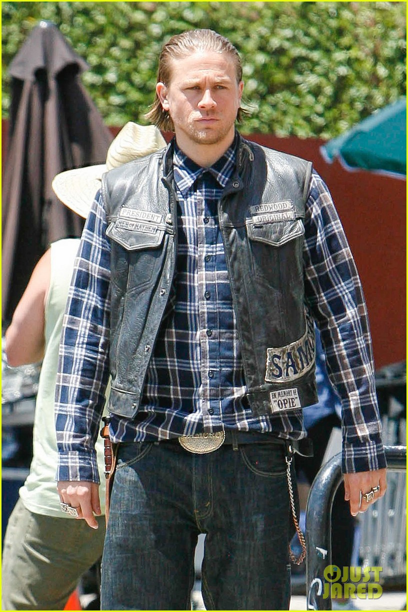 charlie hunnam gets all made up on sons of anarchy set 153124245