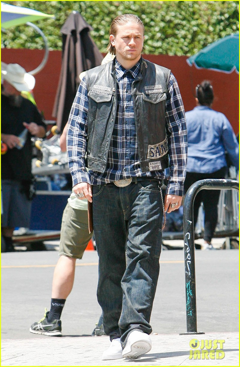 charlie hunnam gets all made up on sons of anarchy set 173124247