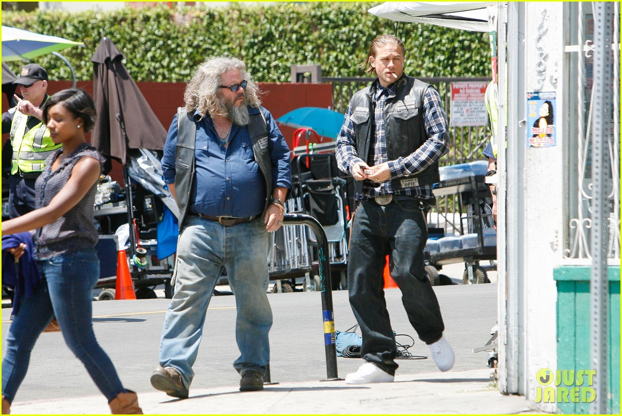 charlie hunnam gets all made up on sons of anarchy set 183124248